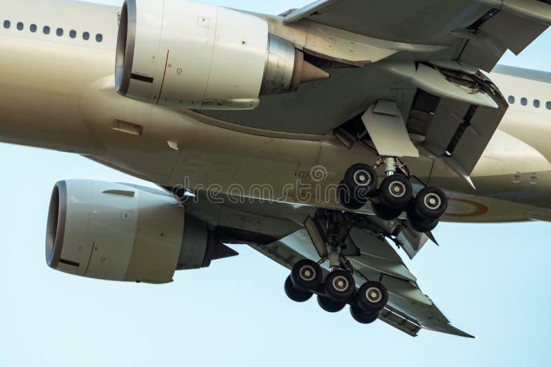 Ruedas del primer y chasis de goma de la línea aérea comercial Aterrizaje del avión de pasajeros o sacar Ingeniería aeroespacial  imagenes de archivo