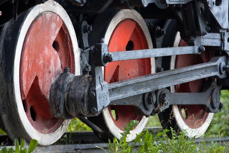 Ruedas del tren antiguo en los carriles imagenes de archivo