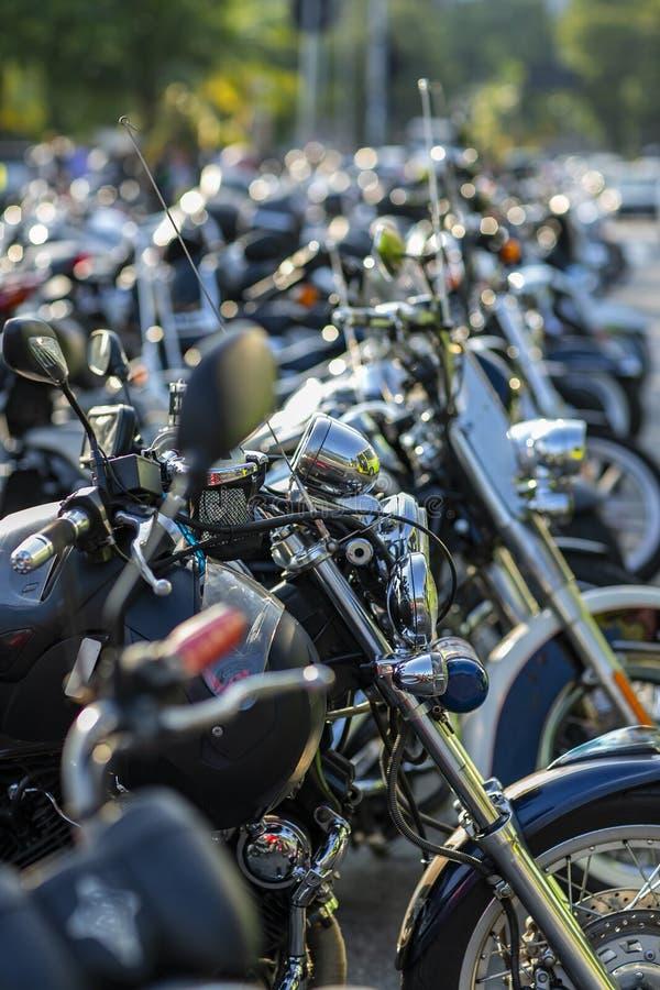 Ruedas delanteras de las motocicletas expuestas en un estacionamiento fotos de archivo libres de regalías