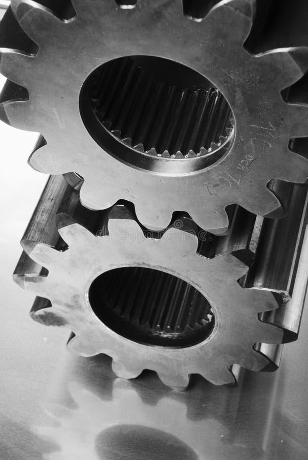 Ruedas dentadas en negro/blanco imagen de archivo