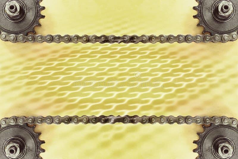 Ruedas dentadas y cadena doble en fondo amarillo con el modelo geométrico imagen de archivo