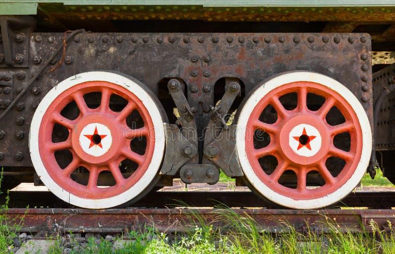Ruedas rojas con las estrellas del sistema ferroviario del arma foto de archivo libre de regalías