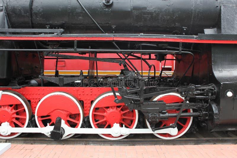 Ruedas rojas de un tren viejo fotografía de archivo libre de regalías