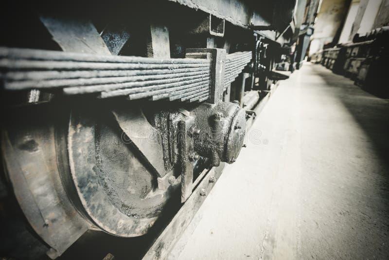 Ruedas viejas de un vehículo eléctrico, primer fotos de archivo