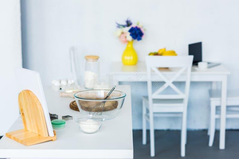 ruede con baten en la encimera, tabla de cocina imagen de archivo libre de regalías