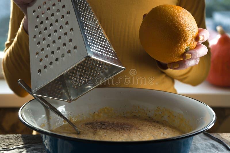 Ruede con un relleno para un pastel de calabaza, una naranja y un rallador foto de archivo libre de regalías