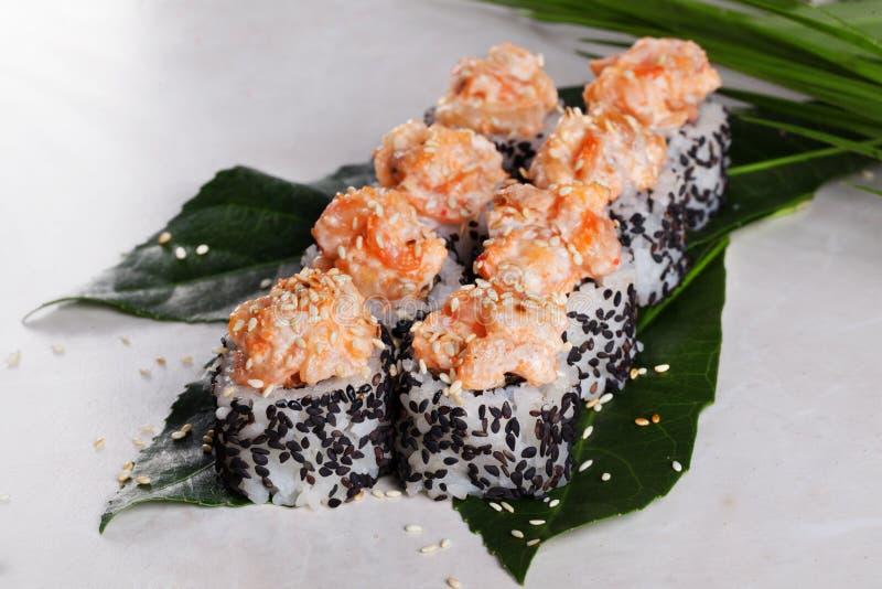 Ruede con yaki del sésamo del negro del casquillo del sushi del camarón fotografía de archivo