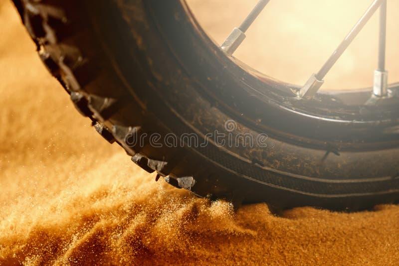 Ruede el detalle de la bicicleta de la bici de montaña en una arena del movimiento del día soleado y del vuelo imagen de archivo libre de regalías