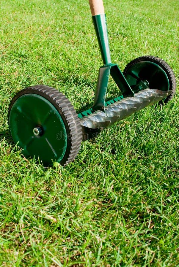 Ruede el rastrillo en hierba. foto de archivo