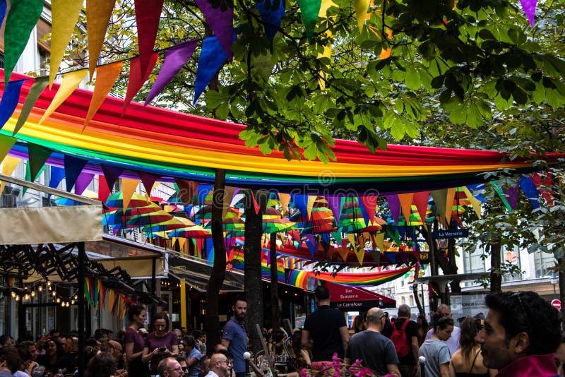 Ruedes-arkiv, hjärta av den Le Marais grannskapen i Paris dekorerade med LGBT-flaggor arkivfoton