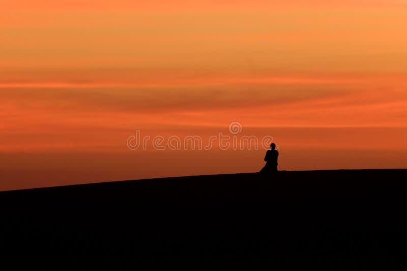 Ruegue en el desierto foto de archivo libre de regalías