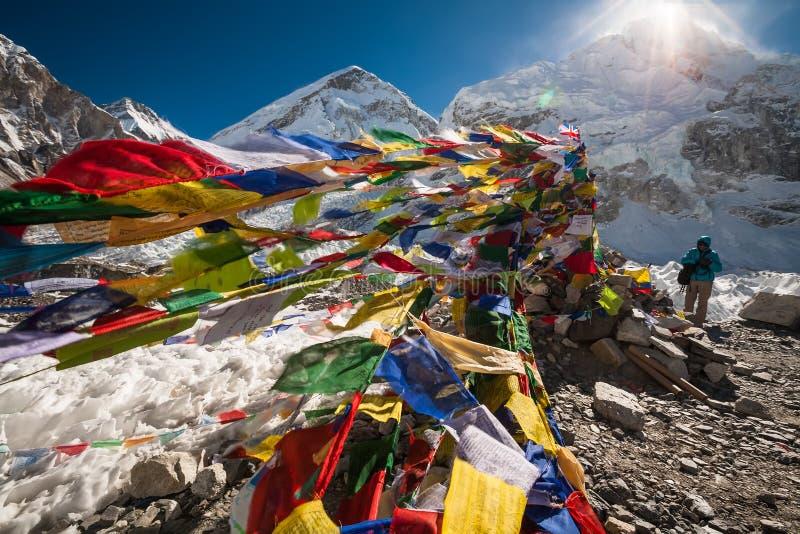 Ruegue las banderas en el campo bajo de Everest imagen de archivo libre de regalías