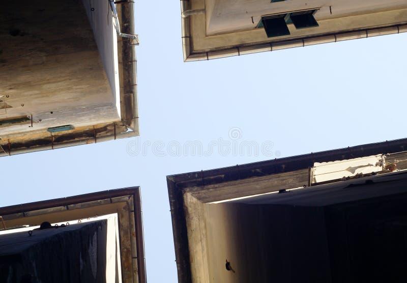 Ruelle à Gênes vers le bas de 02 photographie stock libre de droits