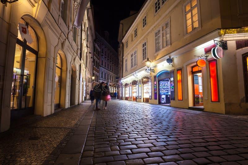 Ruelle étroite avec des lanternes à Prague la nuit images stock