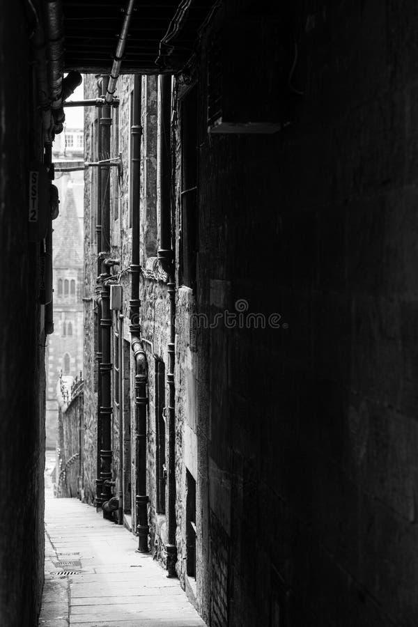 Ruelle étroite foncée dans la ville photo libre de droits