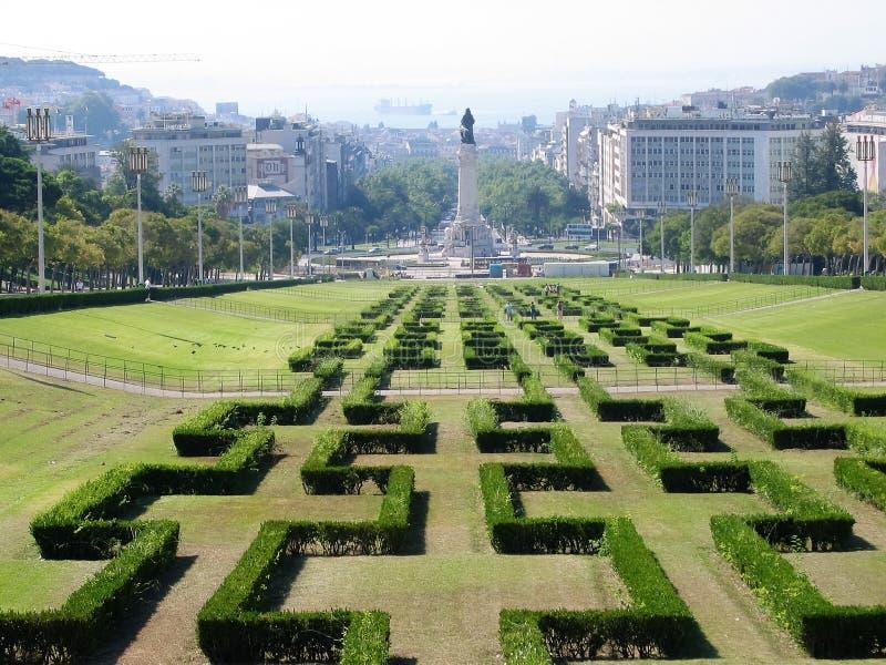 Ruelle centrale du parc français d'Eduardo VII avec après tout une colonne et le Tage, vers Lisbonne au Portugal photographie stock libre de droits