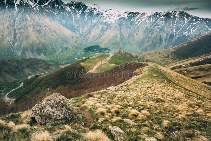 Ruelle de manière de chemin de montagnes à l'église Trinity ou au Tsminda Sameba de Gergeti photo stock