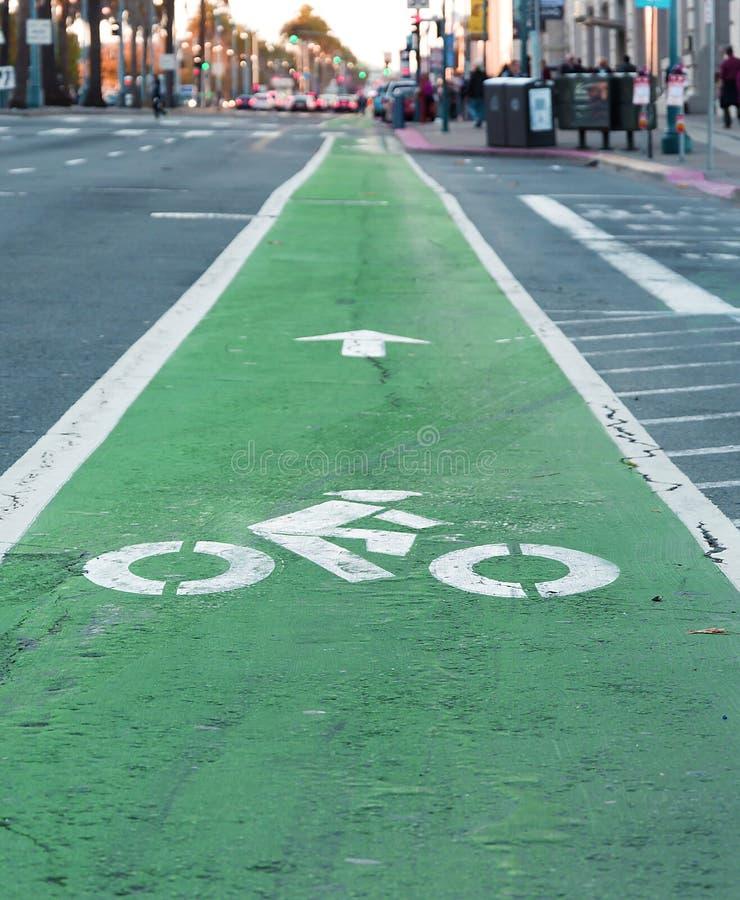 Ruelle de vélo peinte en vert photographie stock