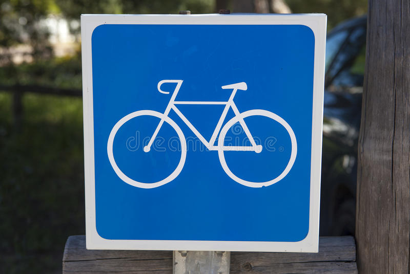 Ruelle de vélo poteau de signalisation plus de le fond naturel vert photos libres de droits