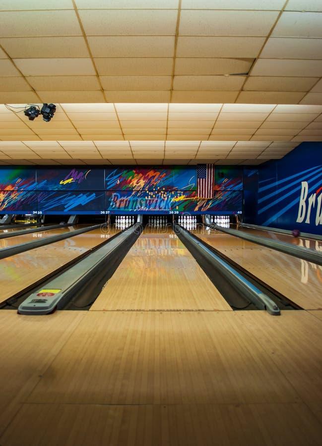 Ruelle en bois de roulement dans le hall de bowling images stock