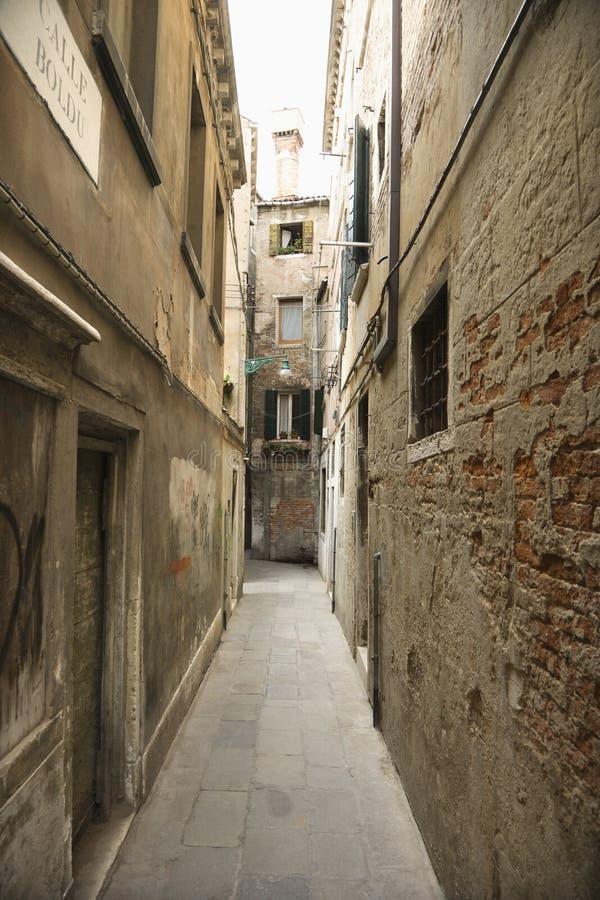Ruelle entre les constructions à Venise, Italie. image stock