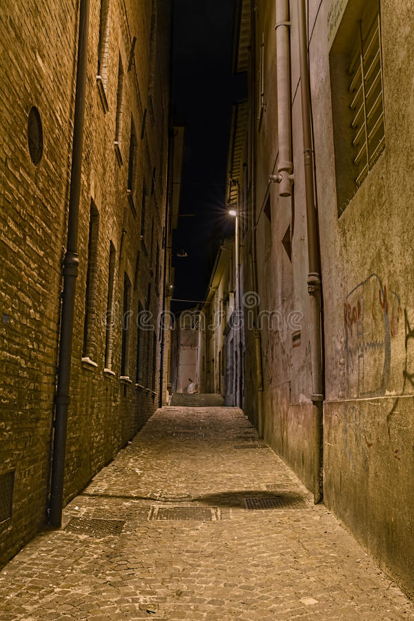 Ruelle foncée dans la vieille ville photos stock