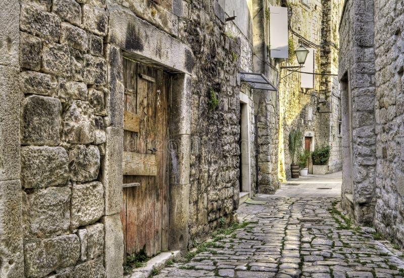 Ruelle médiévale en Croatie. images libres de droits