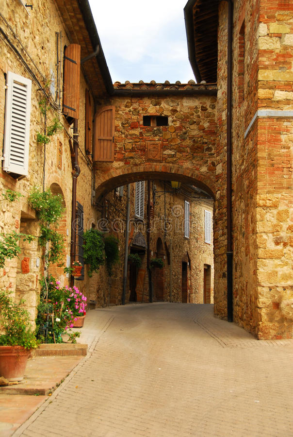 Ruelle pittoresque de la Toscane images libres de droits