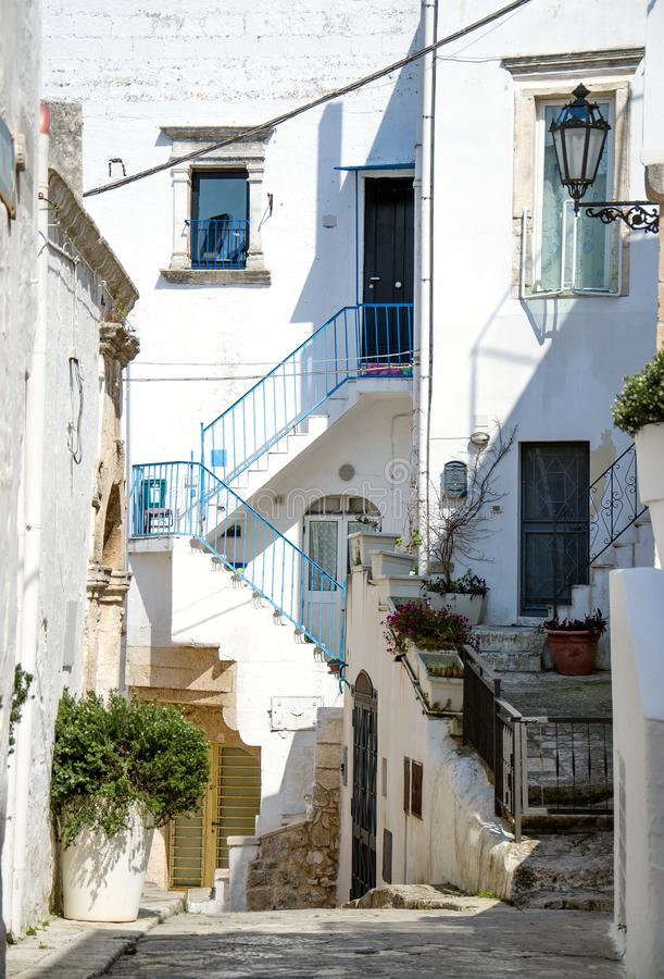 Rues étroites de ville d'Ostuni avec les bâtiments blancs, Puglia, Ital photo libre de droits