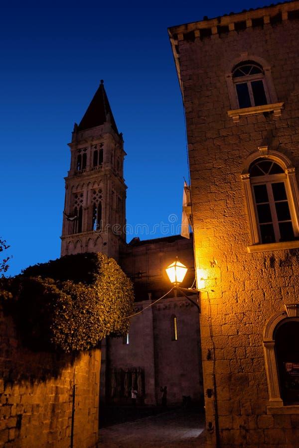 Rues étroites de ville méditerranéenne Trogir la nuit Croatie photographie stock