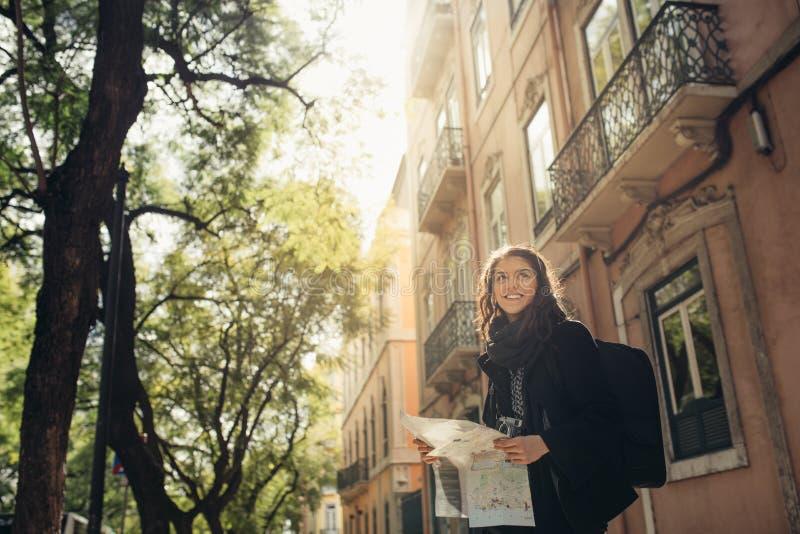 Rues étroites ensoleillées admiratives de jeune femme de voyageur belles à Lisbonne, Portugal image libre de droits