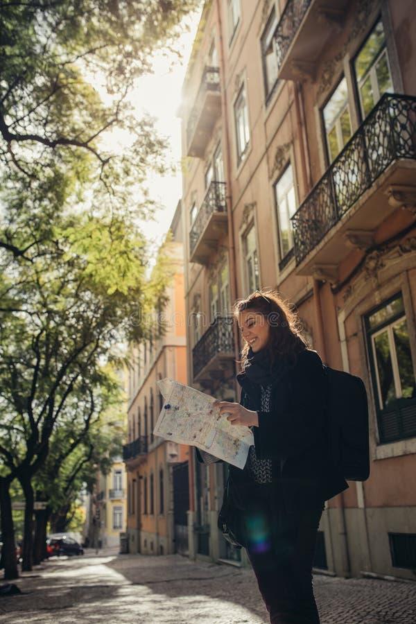 Rues étroites ensoleillées admiratives de jeune femme de voyageur belles à Lisbonne, Portugal photographie stock libre de droits