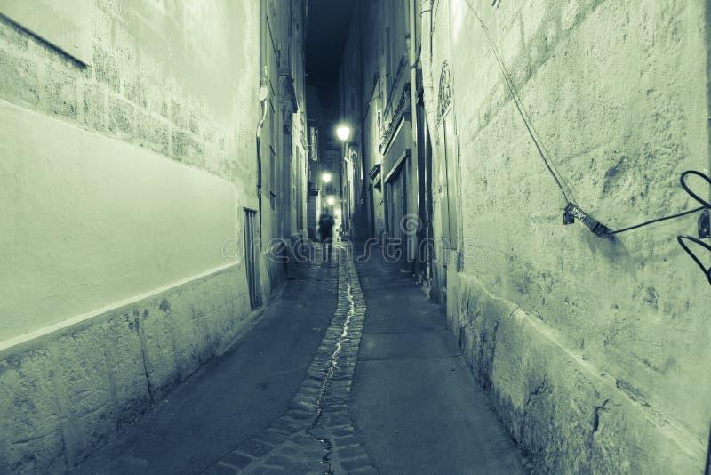 Rues arrières et ruelles la nuit dans des tonalités vertes Montpellier photos libres de droits