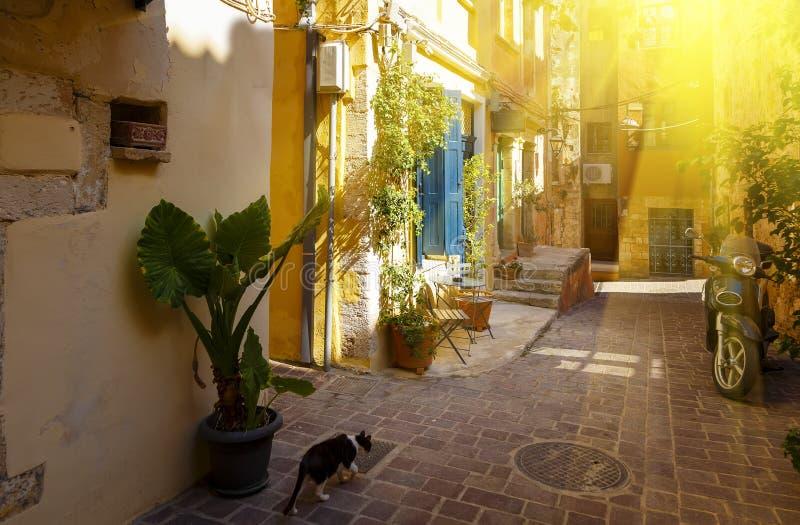Rues avec du charme Chania dans les rayons du coucher de soleil des îles grecques crète image stock
