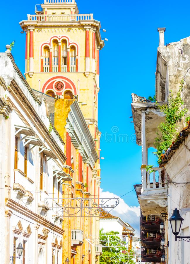 Rues avec les bâtiments coloniaux dans la vieille ville de Carthagène - la Colombie image libre de droits
