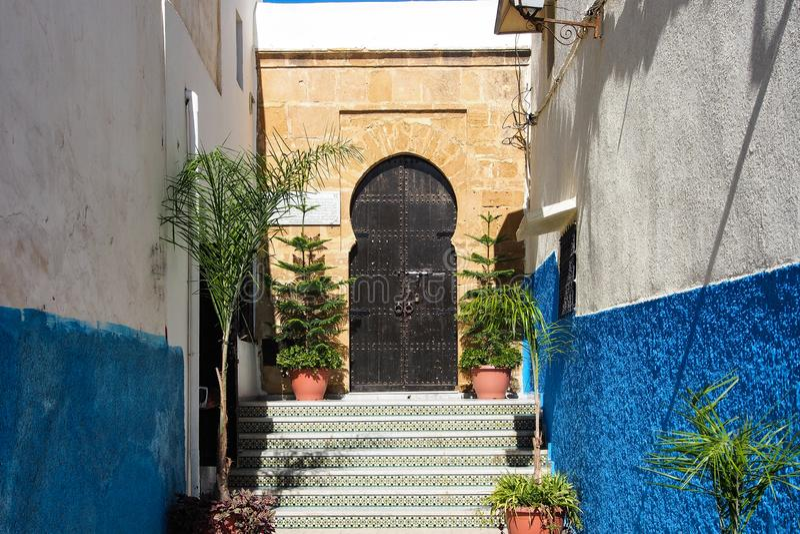 Rues bleues et blanches c?l?bres de Kasbah Rabat, Maroc photos stock