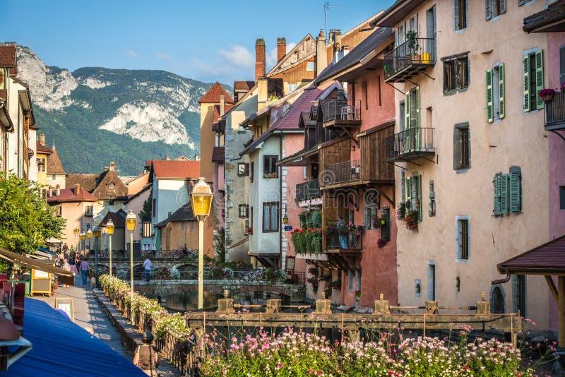 Rues, canal et rivière de Thiou à Annecy, France image libre de droits