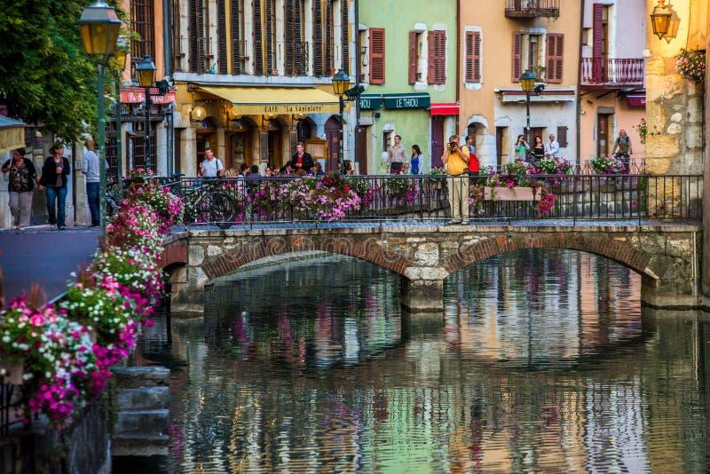 Rues, canal et rivière de Thiou à Annecy, France photos libres de droits