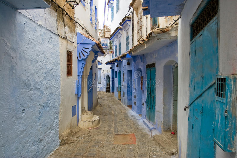 Rues colorées bleues de ville de Chefchaouen, Maroc images libres de droits