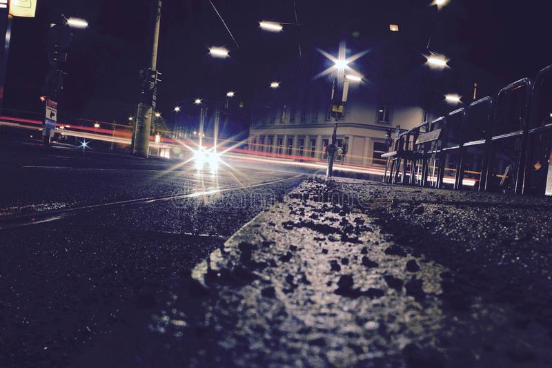 Rues d'angle faible la nuit photos libres de droits