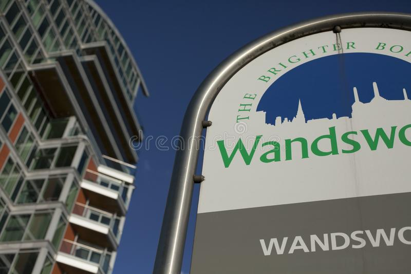 Rues de Londres - bâtiment moderne et un ciel bleu dans la ville de Wandsworth image stock