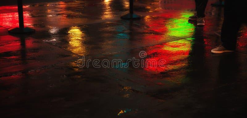 Rues de NYC après pluie avec des réflexions sur l'asphalte humide image libre de droits