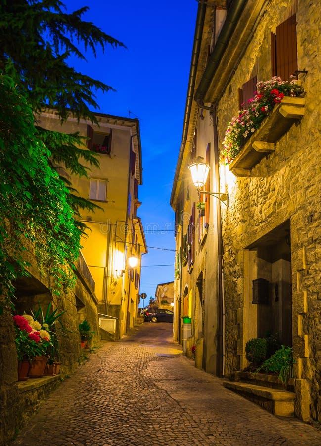 Rues de soirée du Saint-Marin images stock