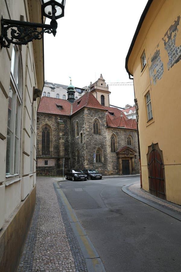 Rues de vieux Prague avec toutes les nombreuses petites boutiques et foules des touristes qui recherchent de nouvelles impression images stock