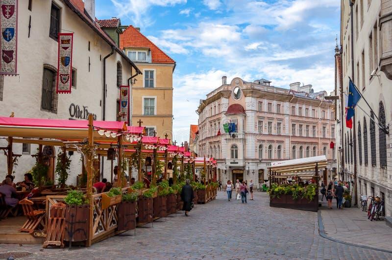 Rues de vieux Tallinn avec des cafés et des restaurants, Estonie photographie stock