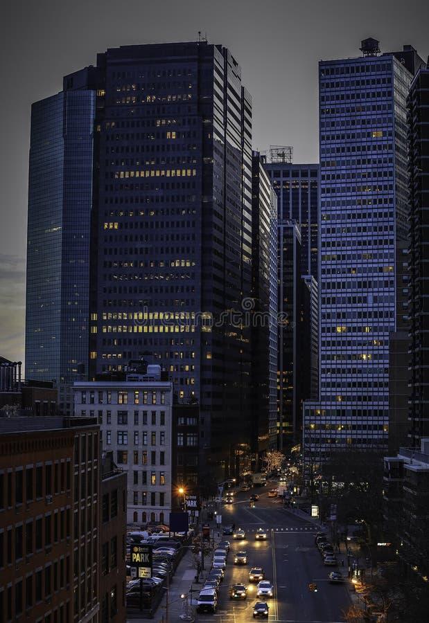 Rues de ville et constructions modernes d'affaires images libres de droits