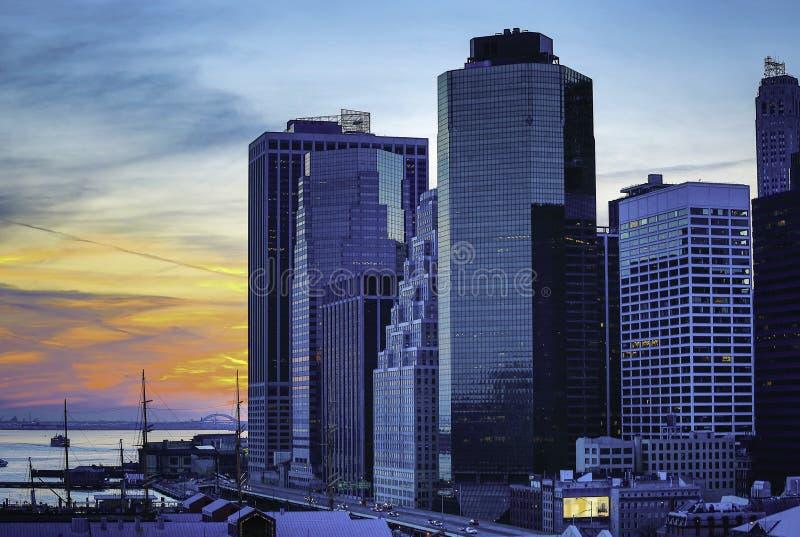 Rues de ville et constructions modernes d'affaires images stock