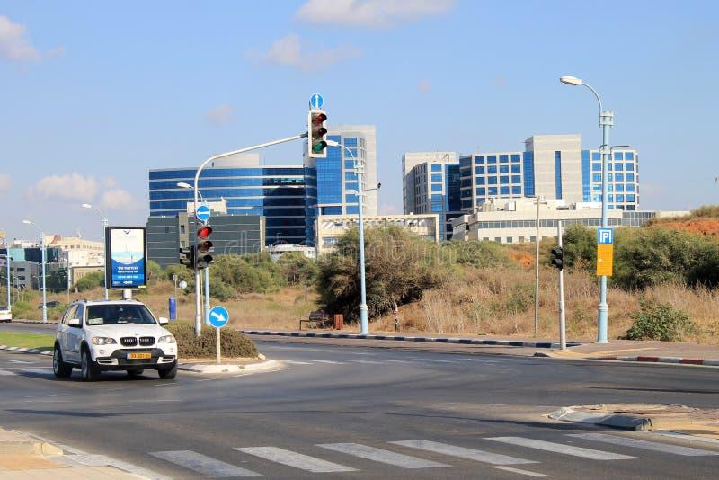 Rues et bâtiment moderne à Herzliya, Israël images stock