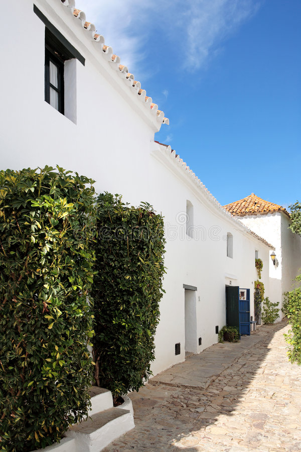 Rues et maisons étroites et pavées en cailloutis de pueblo espagnol photographie stock libre de droits