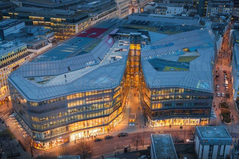 Rues passantes de ville de Londres dans le crépuscule Premiers lumières et coucher du soleil de soirée Le panorama de Londres de  images libres de droits